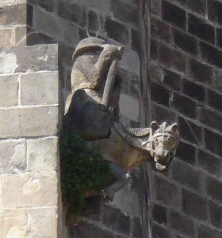 Gàrgola_cavaller_absis_catedral_Barcelona