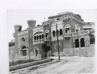 façana principal de l'escola mary ward amb la capella i la sala de música,